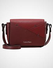 Calvin Klein LUNA SMALL  Skulderveske rio red