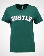 mbyM HUSTLE Tshirts med print college green