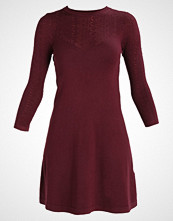 Warehouse PRETTY  Strikket kjole bordeaux