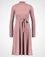 Lost Ink TIE BACK ENTRY FIT AND FLARE  Strikket kjole pink