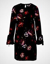 Warehouse COUNTRY ROSE TIE SLEEVE SHIFT DRESS Sommerkjole red/black
