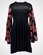 Free People ROSE AND SHINE DRESS Strikket kjole black combo