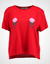 NA-KD NAKD FLOWER EMBROIDERY TEE Tshirts med print red/pink