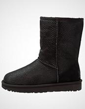 UGG Australia CLASSIC SHORT SCALES Støvletter black