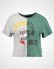 Superdry CORNER BACK TEE Tshirts med print omega green/jock grey