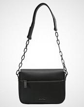Calvin Klein NIGHT OUT SMALL SHOULDER Håndveske black