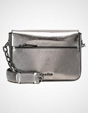 Calvin Klein NIGHT OUT Håndveske silver