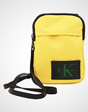 Calvin Klein SPORT ESSENTIAL PHONE CROSSBODY Skulderveske yellow