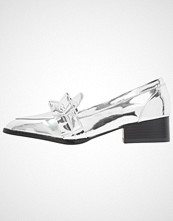 Lost Ink FREDDIE BOX PLEAT LOAFER Slippers silver
