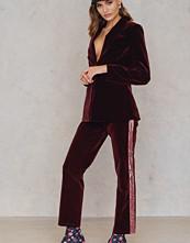 NA-KD Party Velvet Striped Trousers röd