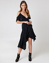 NA-KD Party Asymmetric Wrap Frill Dress svart