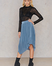 Qontrast x NA-KD Qontrast X NA-KD Plisse Asymmetric Skirt