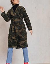 NA-KD Camo Coat grön