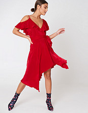 NA-KD Party Asymmetric Wrap Frill Dress röd