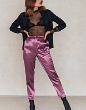 NA-KD Party Metallic Straight Pants lila