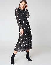 Qontrast x NA-KD Long Dot Dress svart