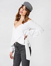 NA-KD Slip Shoulder Tie Waist Shirt vit