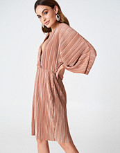 Hannalicious x NA-KD Pleated Kimono Dress