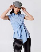NA-KD Classic Tied Waist Cap Sleeve Shirt blå