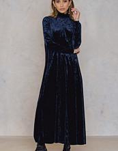 NA-KD Party Velvet High Neck Ankle Dress blå