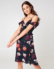 NA-KD Cold Shoulder Flower Printed Overlap Midi Dress