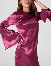 NA-KD Party Metallic Gathered Sleeve Mini Dress rosa lila