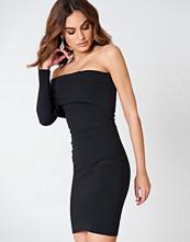 Hannalicious x NA-KD One Sleeve Folded Dress svart
