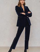 NA-KD Party Velvet Striped Trousers blå
