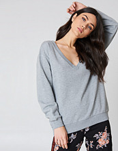 NA-KD Basic V-neck Basic Sweater grå