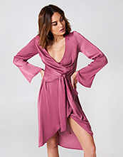 NA-KD Party Front Knot Overlap Dress rosa