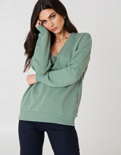 NA-KD Basic V-neck Basic Sweater grön