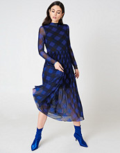 NA-KD Trend Mesh LS Midi Dress svart blå multicolor