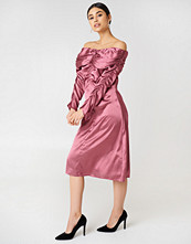 NA-KD Party Ruched Detail Off Shoulder Dress rosa