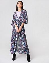 NA-KD Trend Chiffon Coat Dress