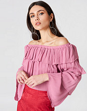 Josefin Ekström for NA-KD Off Shoulder Ruffle Top rosa