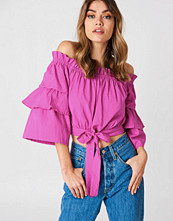 Andrea Hedenstedt x NA-KD Off Shoulder Frill Sleeve Top rosa