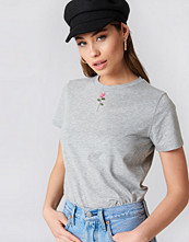 NA-KD Trend Chest Rose Embroidery Tee