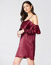 Boohoo Open Shoulder Frill Dress röd