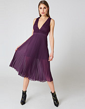 NA-KD Deep Neck Pleated Dress