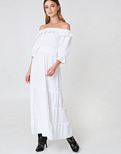 Debiflue x NA-KD Off Shoulder Ankle Dress vit