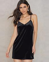 Rebecca Stella Velvet Short Slip Dress svart