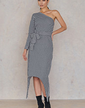 NA-KD One Sleeve Gingham Dress multicolor