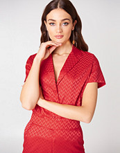 NA-KD Short Sleeve Jacquard Shirt röd