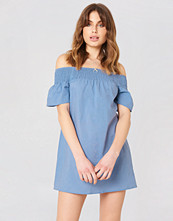Debiflue x NA-KD Smocked Off Shoulder Dress blå