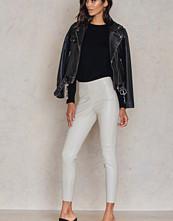 NA-KD Trend PU Zipper Pants grå