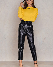 NA-KD Trend Paperwaist Patent Leather Pants svart