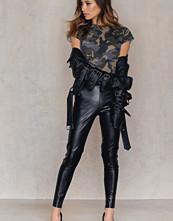 NA-KD Trend PU Zipper Pants svart