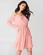 Hannalicious x NA-KD Off Shoulder Chiffon Dress rosa