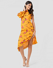NA-KD One Sleeve High Neck Frill Dress multicolor gul