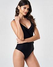 Andrea Hedenstedt x NA-KD V-Neck Frill Swimsuit svart